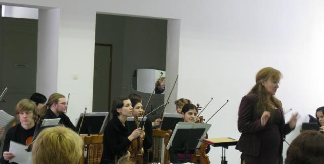 Елена Ахмеджановна Девятаевой с коллективом камерного оркестра во время выступления на Невском УПХГ